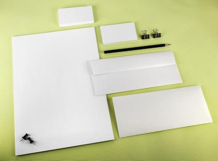 pencil paper: La identidad corporativa fij� en fondo verde. Art�culos de papeler�a en blanco.
