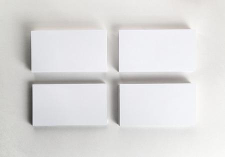 hoja en blanco: Tarjetas de visita en blanco en la tabla. Plantilla para la identificaci�n. Vista superior. Foto de archivo