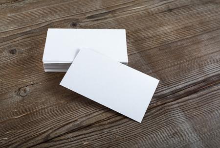 hoja en blanco: Foto de tarjetas de visita en blanco sobre un fondo de madera. Plantilla para la identificación. Vista superior.