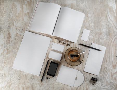papeleria: Artículos de papelería en blanco y la identidad corporativa fijó en el fondo de madera clara. Mock-up para diseñadores gráficos carteras. Vista superior. Foto de archivo