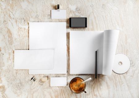 papier lettre: papeterie Blank et le mod�le de l'identit� d'entreprise sur fond de bois clair. Pour les pr�sentations de conception et de portefeuilles. Vue d'en haut. Banque d'images