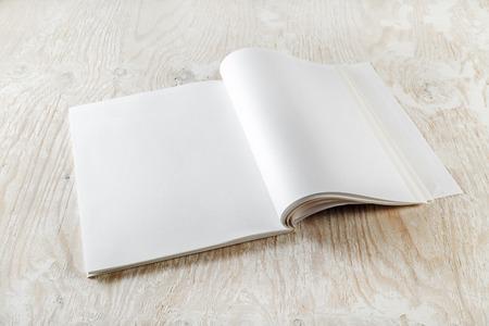 marca libros: Foto del libro abierto en blanco sobre fondo de madera clara con sombras suaves. Plantilla para presentaciones de dise�o y carteras.