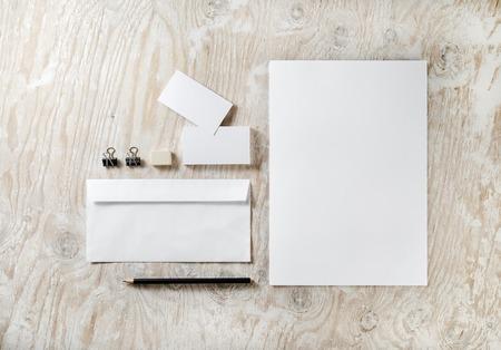 membrete: Foto de art�culos de papeler�a en blanco fijado en el fondo de madera clara. Plantilla para presentaciones de dise�o y carteras. Foto de archivo