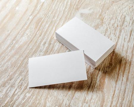Zdjęcie z pustymi wizytówki z miękkich cieni na jasnym tle drewnianych. Do prezentacji projektowych i portfeli. Zdjęcie Seryjne