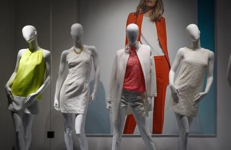 Fashion concept. Foto vier elegante vrouwelijke mannequins tonen kleren.