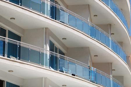 Détail d'un détail d'un immeuble moderne circulaire de béton et de verre. de béton et de verre. Banque d'images