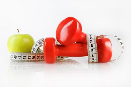 comida saludable: Apple, cinta y pesas de medici�n. Concepto de la aptitud. Composici�n en el tema de los estilos de vida saludables. Foto de archivo