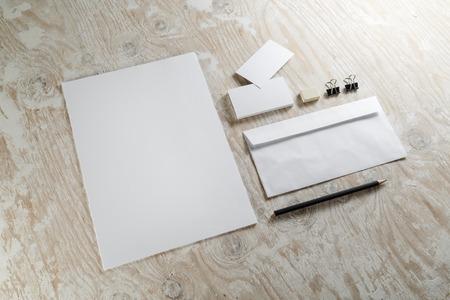 papier a lettre: Photo de ensemble de papeterie vide. Modèle de l'identité d'entreprise sur fond de bois clair. Pour les présentations de conception et de portefeuilles.