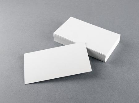 灰色の背景にソフト シャドウと空白の名刺の写真。デザイン プレゼンテーションのポートフォリオ。アイデンティティをブランディングのためのモ 写真素材