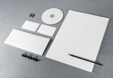 Foto van blanco briefpapier set op een grijze achtergrond. Sjabloon voor branding identiteit. Voor het ontwerp presentaties en portefeuilles.