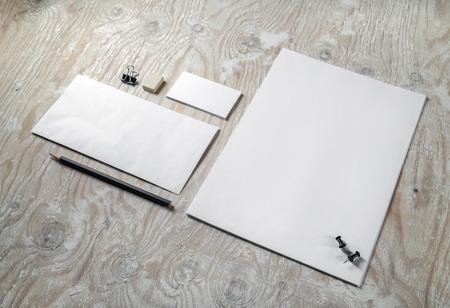 membrete: montaje de escritorio en blanco. Modelo de la identidad en el fondo de madera clara. Para las presentaciones de diseño y carteras.