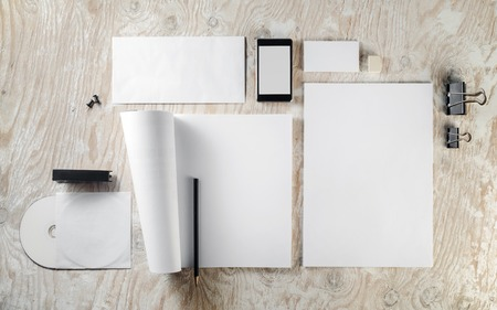 papeleria: Foto de Modelo del papel en blanco sobre fondo de madera clara. Maqueta de la identidad de marca.