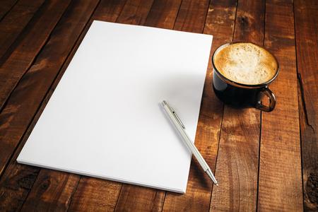 空白のレターヘッド、コーヒー カップ、ペン。ブランドの空のテンプレート。空白のひな形の写真。デザイン プレゼンテーションやポートフォリオ