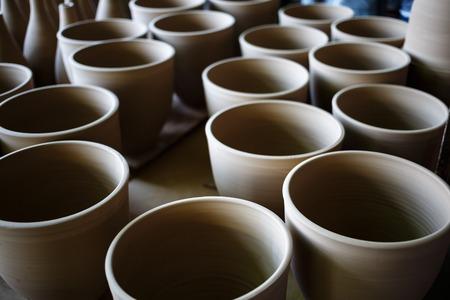 trabajo manual: Muchas ollas de barro hechas a mano rústicos de terracota listo para ser disparado. Poca profundidad de campo. enfoque selectivo.