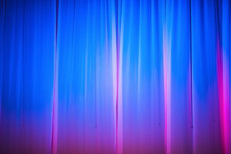 Tenda blu scuro con riflettore. Sfondo astratto. Archivio Fotografico - 80354795