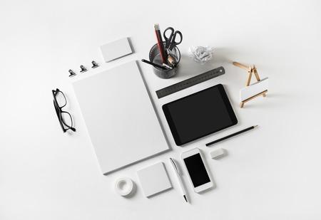 Modèle d'identité d'entreprise sur fond de papier blanc. Photo d'un ensemble de papeterie vierge. Maquette pour les présentations de conception et les portefeuilles. Lay plat.