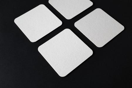 Puste kwadratowe piwne kaboty na czarnym tle papieru. Selektywna ostrość.