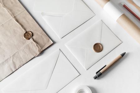La cancelleria in bianco del mestiere ha messo sul fondo del Libro Bianco. Modello per posizionare il tuo design. Per presentazioni di designer grafici e portafogli.
