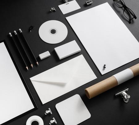 Pusty materiały ustawiający na czarnym papierowym tle. Szablon tożsamości marki.
