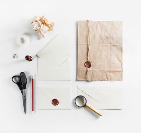 La foto di cancelleria d'annata in bianco ha messo su fondo di carta. Modello ID. Manichino per l'identità del marchio. Disteso.