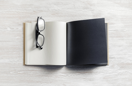 Blank open book and glasses on wood table background. Responsive design mockup. Banque d'images - 124405791