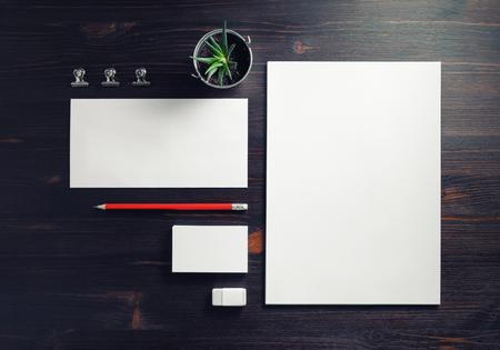 Conjunto de papelería empresarial en blanco. Plantilla de identidad corporativa sobre fondo de madera. Endecha plana.