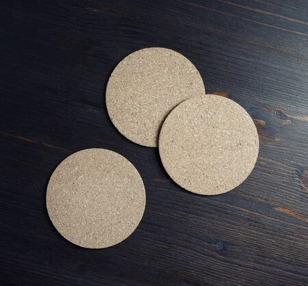 Photo of blank cork beer coasters on wooden background. Flat lay. Stockfoto