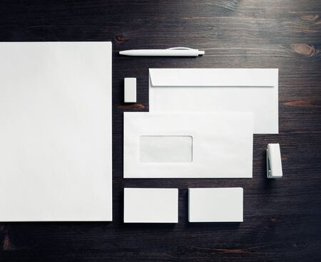 Leere Briefpapiervorlage zum Platzieren Ihres Designs. Mockup für Markenidentität. Ansicht von oben. Flach liegen. Standard-Bild