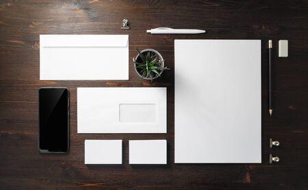 Cancelleria in bianco impostata su sfondo di legno. Modello per l'identità del marchio. Per presentazioni e portfolio di grafici. Lay piatto.