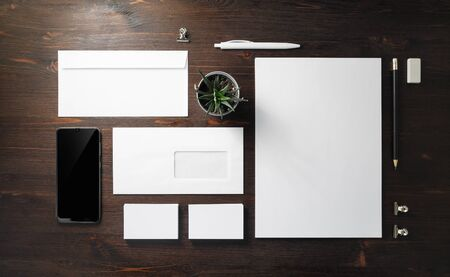 Leeres Briefpapier eingestellt auf hölzernen Hintergrund. Vorlage für die Markenidentität. Für Präsentationen und Portfolios von Grafikdesignern. Flach liegen.