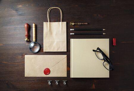 Blank kraft paper stationery on wooden background. Branding mock-up. Flat lay. 스톡 콘텐츠