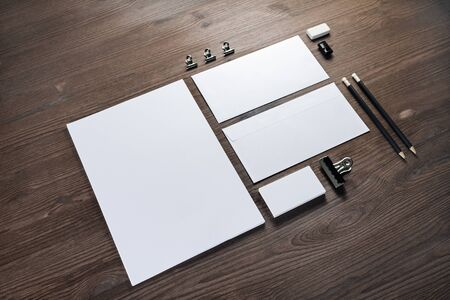 Blank corporate stationery set on wood table background. Corporate identity template. Responsive design mockup. 스톡 콘텐츠