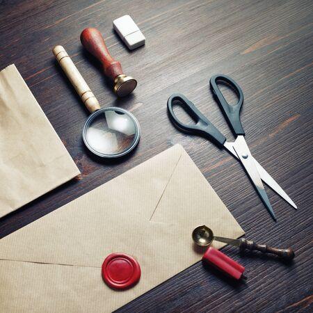 Blank vintage stationery set on wooden background. Branding mock-up. 스톡 콘텐츠