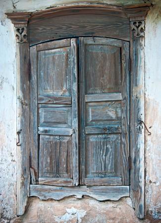 window shade: Persianas cerradas de la antigua granja Foto de archivo