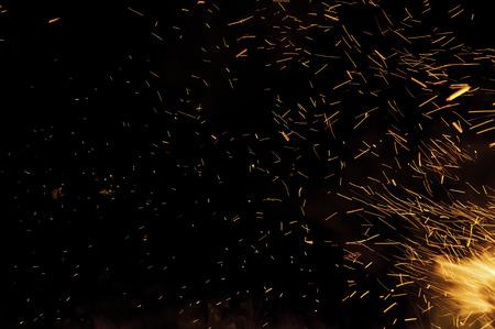 キャンプファイヤー上火の火花の痕跡