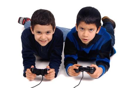 niños jugando videojuegos: niños que juegan juegos de video