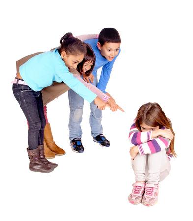 ni�os abandonados: peque�os ni�os acoso chica aislados en blanco