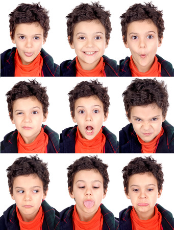 jongetje doet gezichtsuitdrukkingen