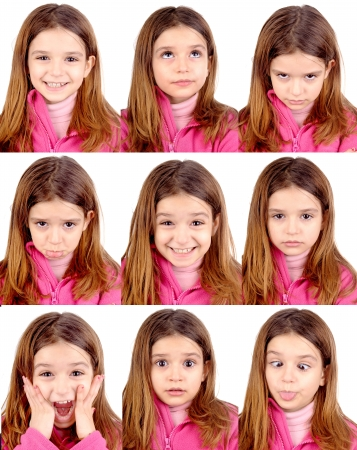 caras de emociones: ni�a haciendo expresiones faciales