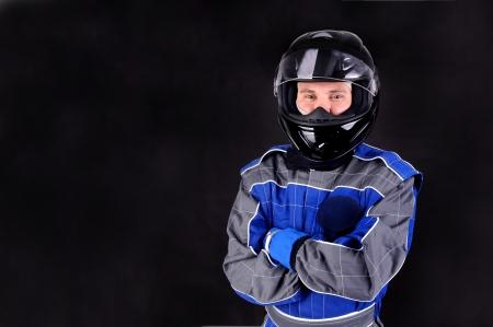 Rennfahrer isoliert in dunklen