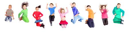 grupa dzieci skoków samodzielnie w bieli