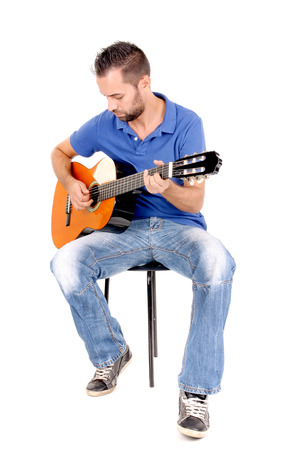 gut aussehender junger Mann singen und Gitarre spielen in weißem Hintergrund