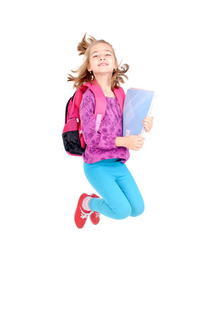 ni�o con mochila: ni�a en la escuela saltando aislado en blanco