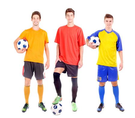 pies masculinos: adolescente con bal�n de f�tbol aislado en blanco