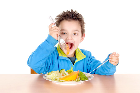 alimentacion balanceada: ni�o peque�o debate entre hamburgueser�as y verduras aislados en fondo blanco