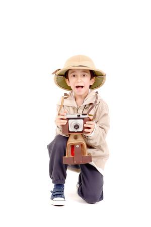 médula: pequeño niño explorador en un safari aislado en blanco Foto de archivo