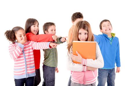nešťastný: malé děti šikana další dítě izolován v bílém Reklamní fotografie