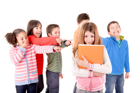 enojo: pequeños niños acoso de otro niño aislados en blanco