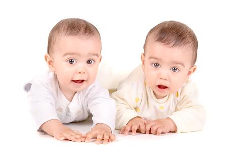 niñas gemelas: bebés gemelos lindos aislados en fondo blanco