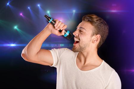 cantaba: hombre guapo canto aislado en fondo blanco